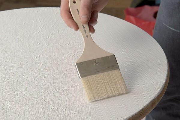 На фото процесс окраски старой мебели