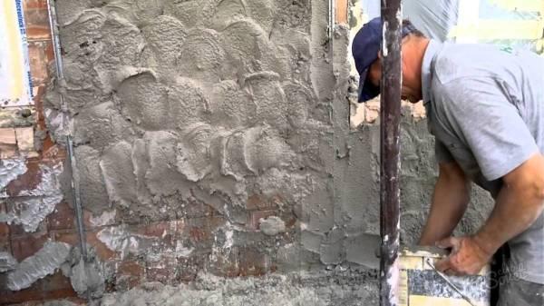 Набрасываем раствор на стену