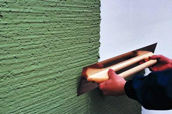 Нанесение акриловой штукатурки строительной кельмой