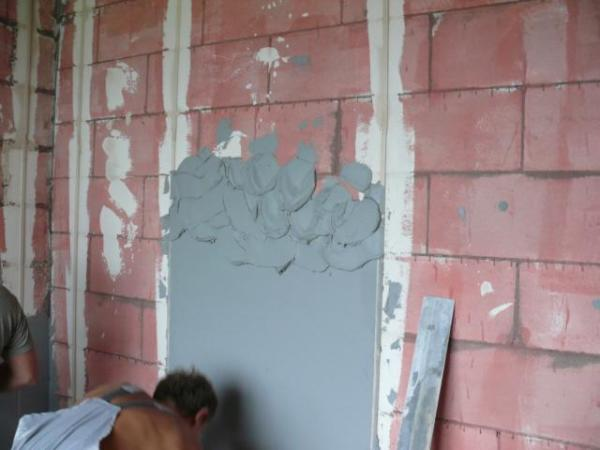 Наносим штукатурку на стены