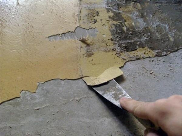 Очистка кирпича от штукатурки шпателем