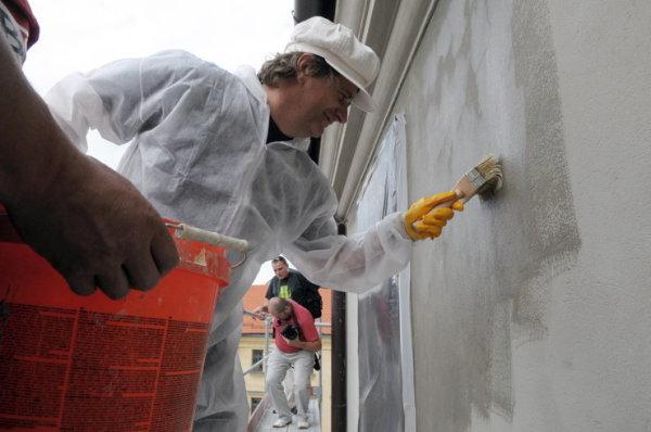 Перед тем, как красить дом снаружи: пропитка стены грунтом