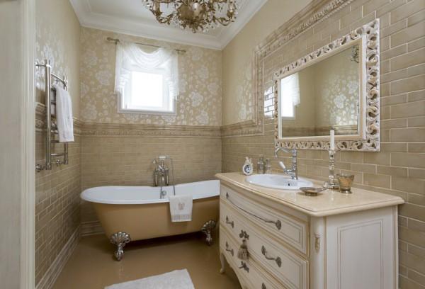 Плитка и обои в ванной: интересное сочетание