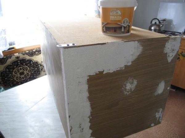 Показана перекраска мебели в белый цвет