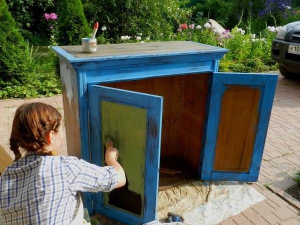 Процесс окрашивания деревянной тумбы