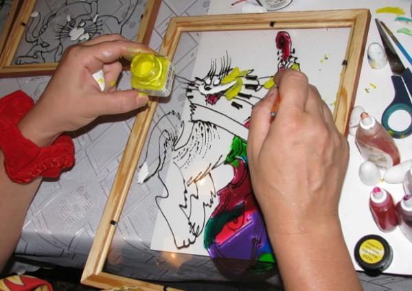 Процесс рисования акриловыми витражными красками