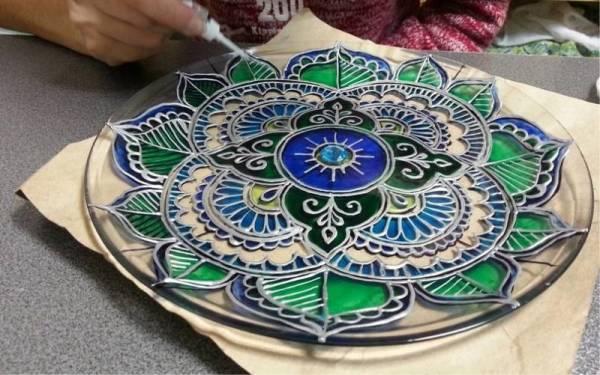 Процесс росписи стеклянной тарелки витражными красками