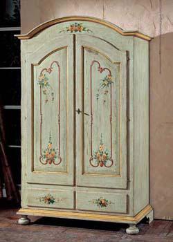 Шкаф, покрашенный под старину