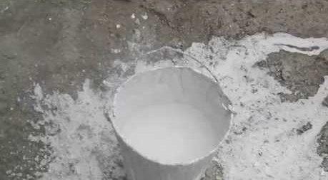 В раствор добавляется в виде известкового молока