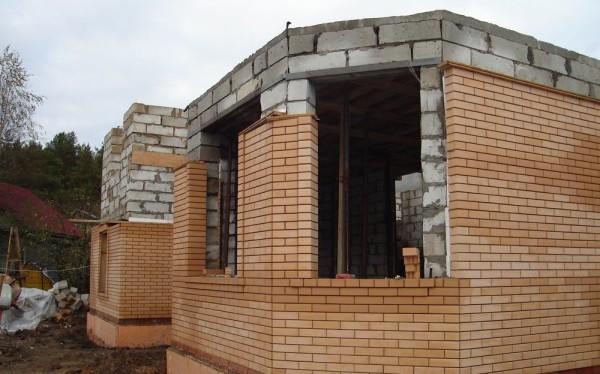 Возведение стен из газоблоков, с параллельной облицовкой кирпичом