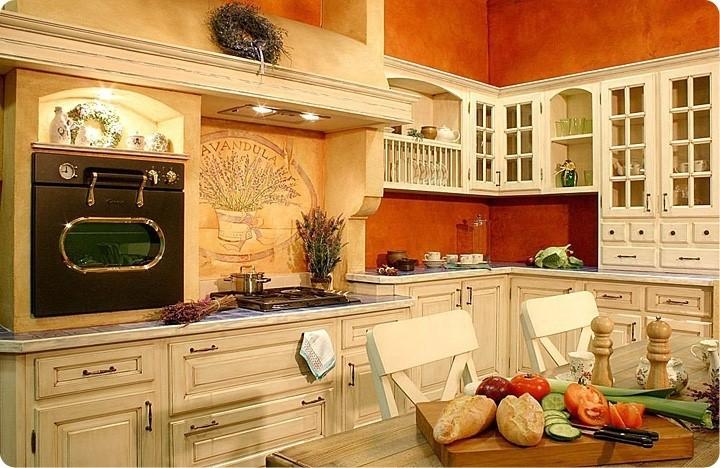 Кухня в стиле прованс, бежевый гарнитур и оранжево-песочные обои