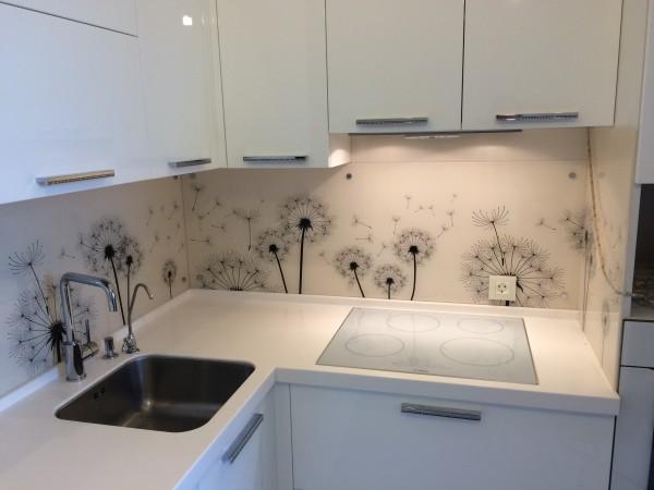 Белый кухонный фартук с одуванчиками