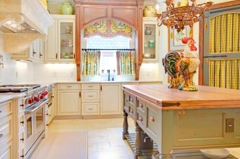 Бежевая кухня в стиле прованс с белыми обоями