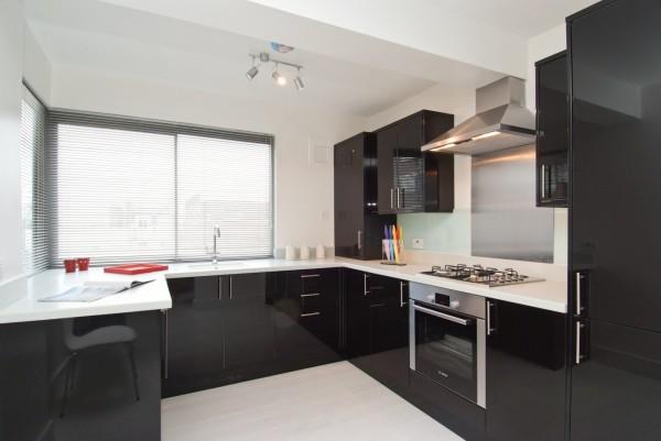 Чёрно белая кухня на фоне белых стен
