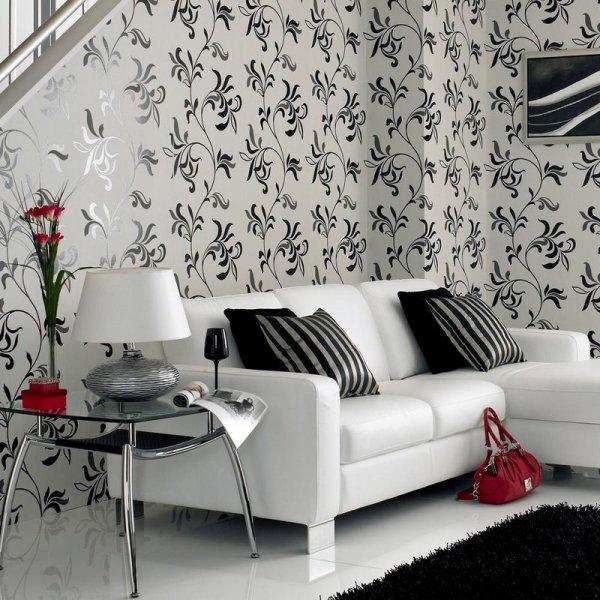 Чёрный узор на белых обоях гостиной