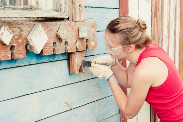 Делаем подготовку старого дома к покраске