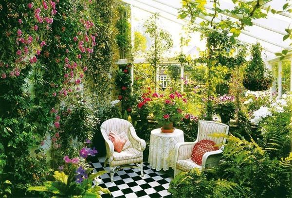 Фотообои «Сад», дополненные живыми цветами