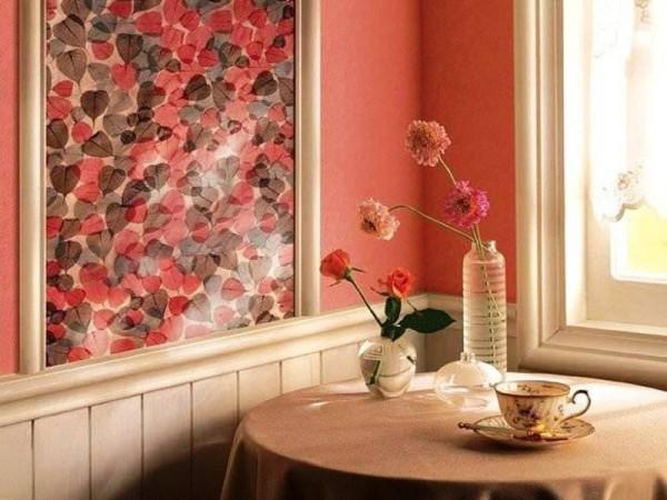 Горизонтальное комбинирование с цветастыми вставками на кухне