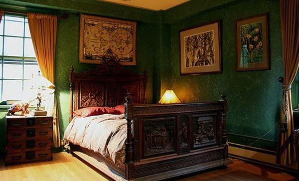 Готическая спальня с зелёными обоями