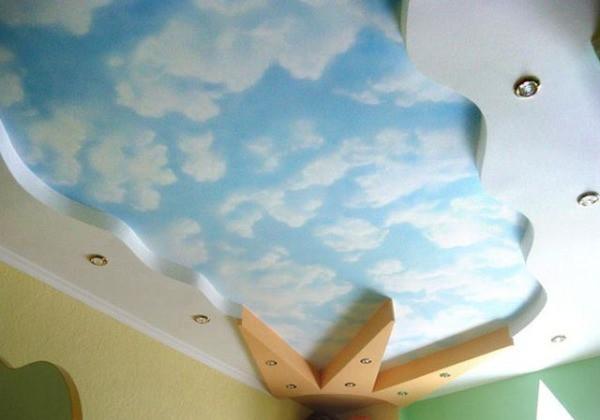Хорошо подойдут для детской комнаты небесные обои на потолке