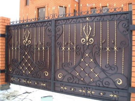 Игра на цветовом контрасте, идеально смотрится на кованых воротах