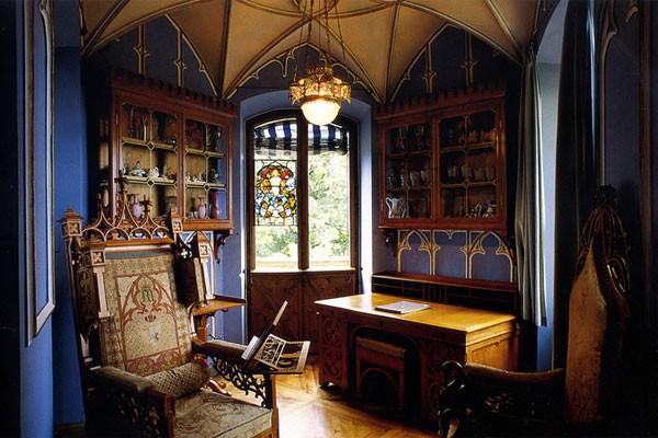 Кабинет в сине-коричневых тонах в готическом стиле