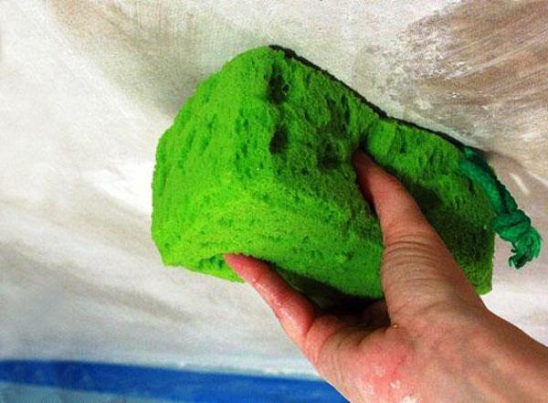 Как покрасить потолок по побелке - ее смывают