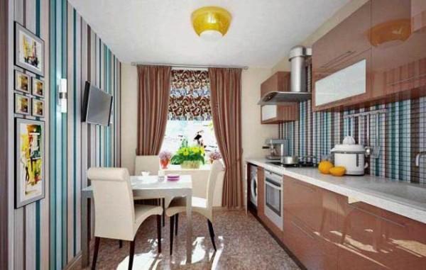 Комбинирование серо-голубых полос с бежевым и кремовым обоями на кухне