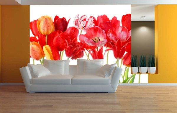 Красные тюльпаны в интерьере гостиной