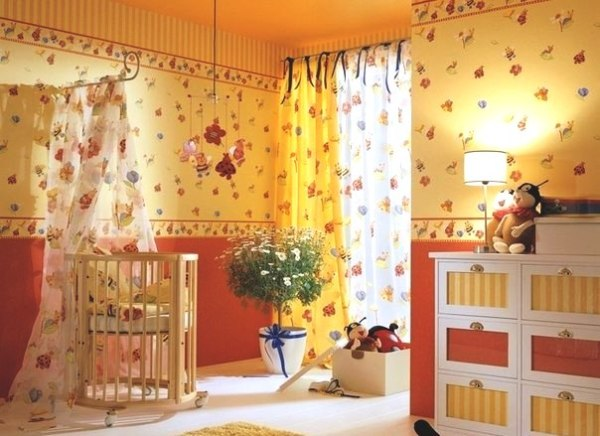 Красочная, но спокойная цветовая гамма в детской для новорождённого
