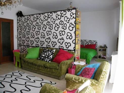 Многофункциональная светлая спальня с яркими акцентами в однушке