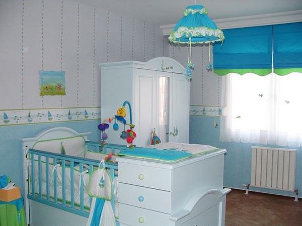 На фото, бело-голубая детская для новорождённого