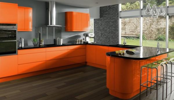 На фото оранжевая кухня с серыми стенами
