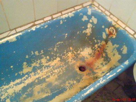 На фото ванна, которая давно нуждается в реставрации