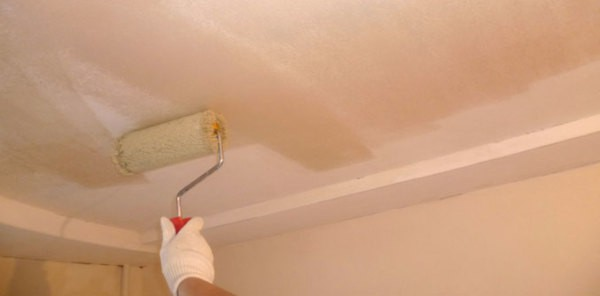 Нанесение грунта на потолок