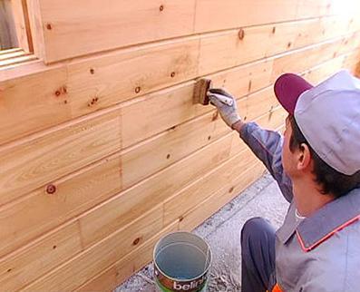 Нанесение краски с наружной стороны дома