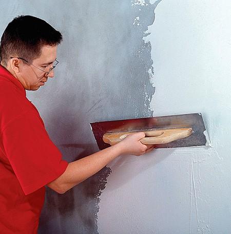 Нанесение раствора на стене