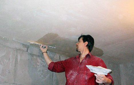 Наносим материал широким шпателем