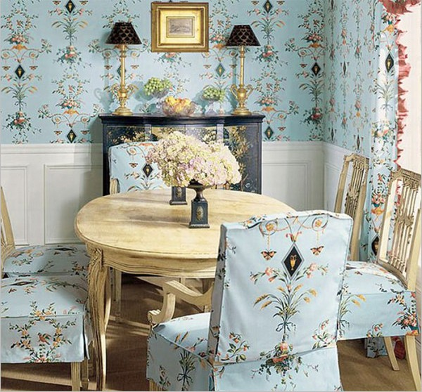 Насыщенно-голубые обои с цветочным узором в стиле прованс на стенах и стульях на кухне