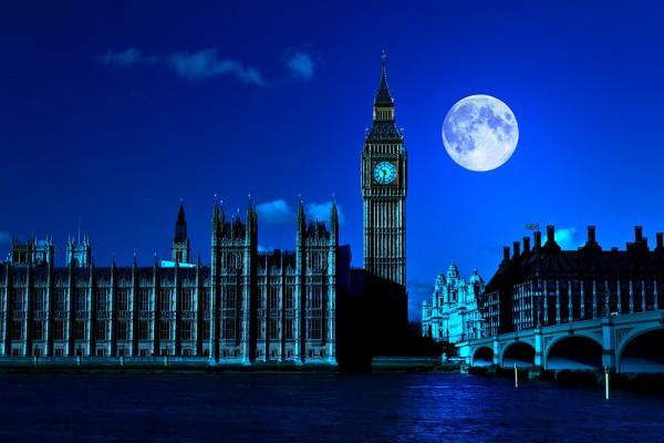 Ночной вид на архитектуру города
