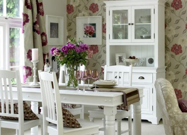 Обои, с цветочным орнаментом сочетаемые с цветами на занавесках в стиле прованс на кухне