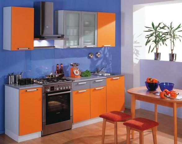 Оранжевая кухня на фоне светло-синих стен