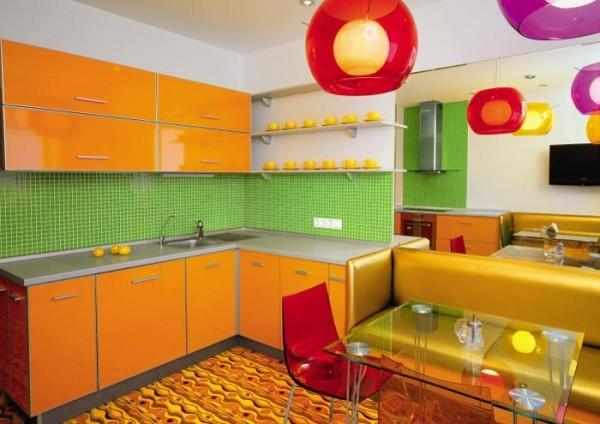 Оранжевая кухня со светлыми стенами и салатовым фартуком