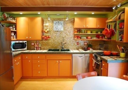 Оранжевый гарнитур на кухне в деревенском стиле