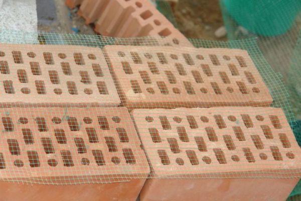 Сетка из пластика может использоваться и в качестве армировки для кирпичной кладки