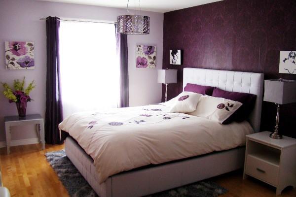 Спальня в бело-фиолетовых тонах для молодой девушки