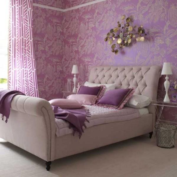 Спальня в фиолетовых тонах, оттенённых кремовой мебелью