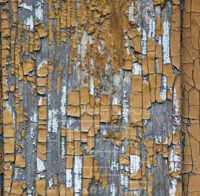 Старая краска на поверхности дома