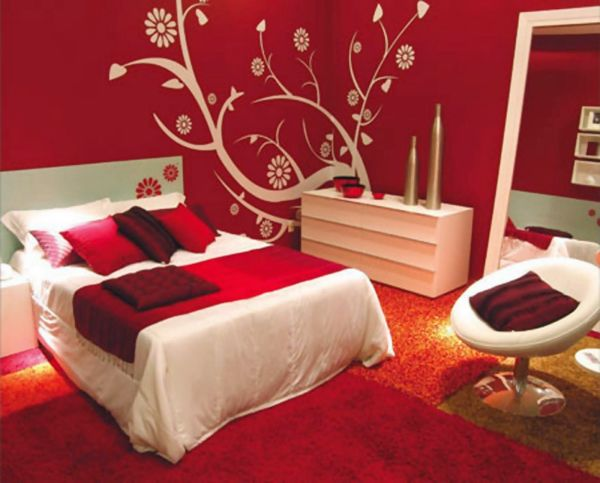 Супружеская спальня в красно-белых тонах