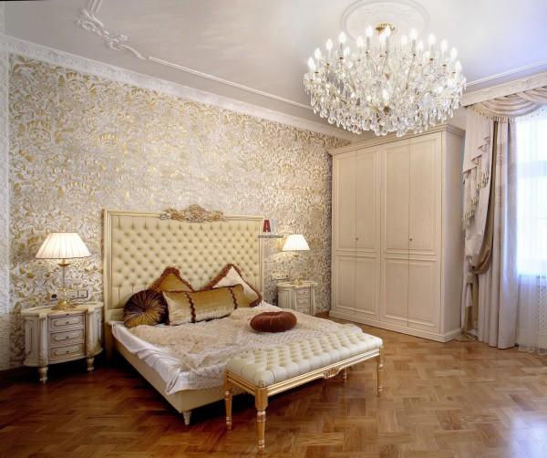 Светлая спальня с жидкими обоями на стенах